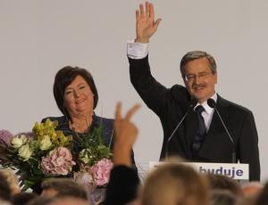 O candidato liberal Bronislaw Komorowski saúda, ao lado de sua mulher Anna, seus partidários em Varsóvia