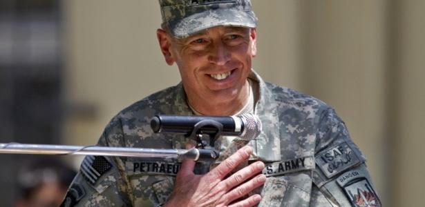 O general David Petraeus assume o comando das tropas internacionais no Afeganistão em cerimônia em Cabul