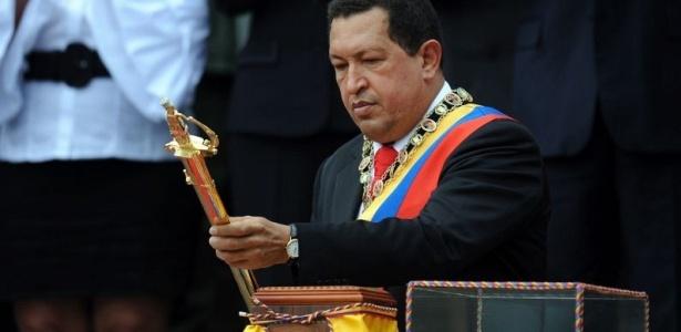 Hugo Chávez, presidente venezuelano, segura espada utilizada por Simon Bolivar, herói da independência do país, durante cerimônia para celebrar o 199º aniversário da libertação da Venezuela do domínio espanhol, em Caracas