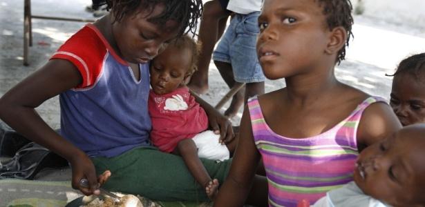 Meninas de um orfanato de Croix des Bouquets, no Haiti, cuidam de duas gêmeas de 11 meses que perderam os pais durante o terremoto que abalou o país há quase seis meses