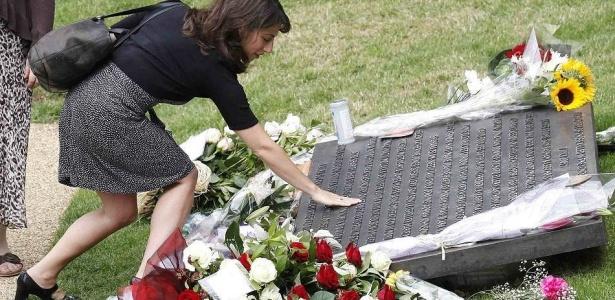 Britânicos lembram cinco anos dos atentados em Londres, que mataram mais de 50 pessoas