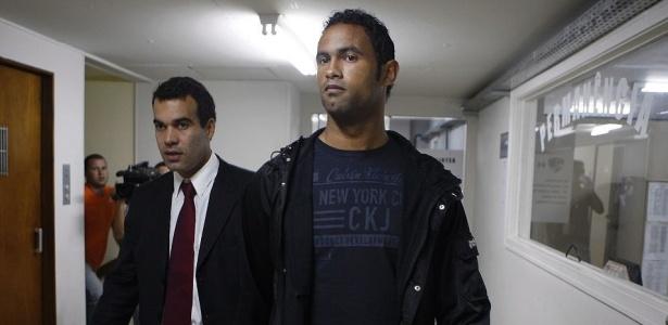 Goleiro Bruno se apresenta na Polinter, no Andaraí, ao lado de seu advogado