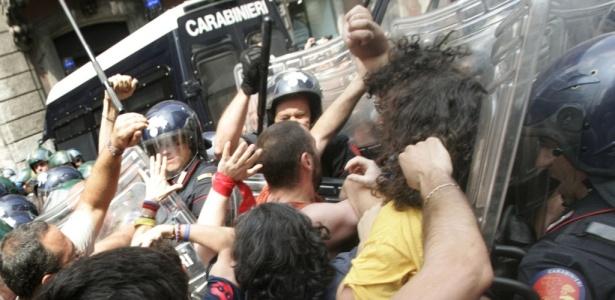 Manifestantes enfrentam a polícia durante protesto organizado por moradores das áreas atingidas pelo terremoto de L'Aquila. Os manifestantes, que protestavam contra os atrasos na reconstrução após o terremoto que matou mais de 300 pessoas no ano passado, entraram em confronto com policiais que tentavam chegar perto do escritório do primeiro-ministro Silvio Berlusconi