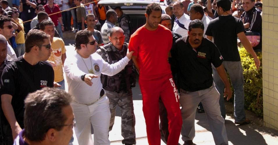 Goleiro Bruno chega ao Departamento de Investigações da Polícia Civil de Minas Gerais com uniforme do presídio e algemado