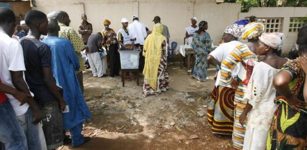 Pessoas esperam em fila para votar na primeira eleição presidencial de Guiné desde 1958