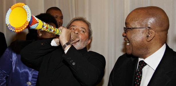 Lula toca vuvuzela após jantar em Pretória
