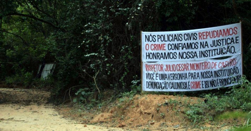 Faixa é colocada em sítio alugado por Marcos Aparecido dos Santos, o Bola, acusado de estrangular Eliza Samudio