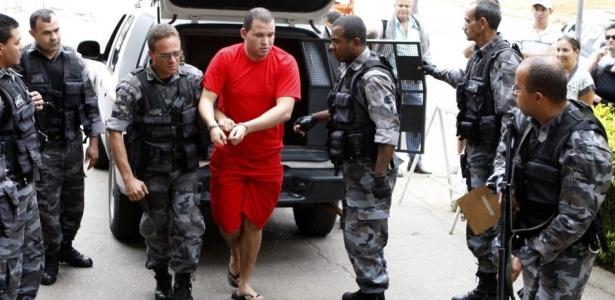 Advogado Ércio Quaresma, que defende Luiz Henrique Ferreira Romão, o Macarrão (de vermelho), alega que seu cliente foi agredido em delegacia de Belo Horizonte (MG) durante depoimento