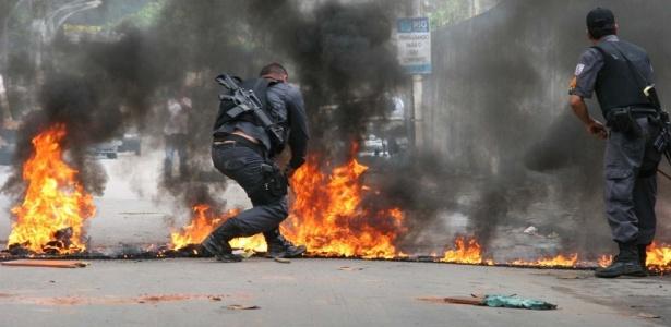 Polícia repreende protesto de moradores em Barros Filho, no subúrbio do Rio de Janeiro