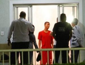Sérgio Rosa Sales (de laranja), auxilia policiais nas buscas ao corpo de Eliza no sítio de Bruno