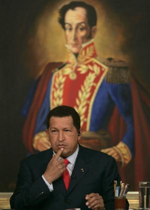 Presidente da Venezuela, Hugo Chávez, diante de imagem de Simón Bolívar, ícone latino-americano