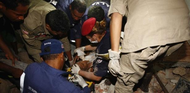 Equipe de resgate presta atendimento a uma das vítimas do desabamento de um edifício de cinco andares, no bairro de Pernambués, em Salvador.