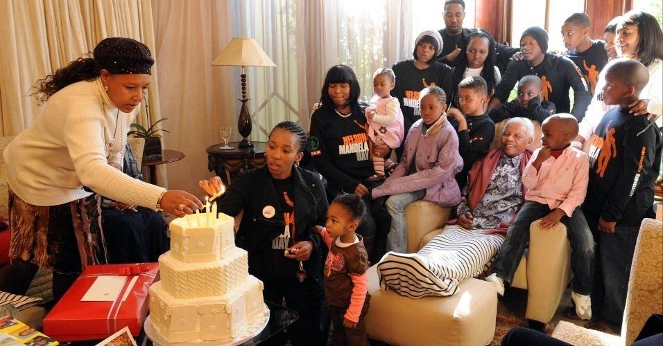 Nelson Mandela (sentado) comemora seu aniversário de 92 anos ao lado da família, em sua casa em Johannesburgo