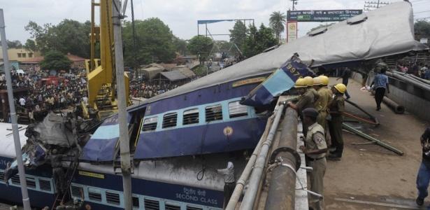 No mínimo 61 pessoas morreram após a colisão de dois trens em Sainthia; <b>VEJA MAIS FOTOS</b>