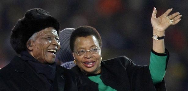 Ex-presidente da África do Sul, Nelson Mandela, ao lado da mulher, Graça Machel, na final da Copa