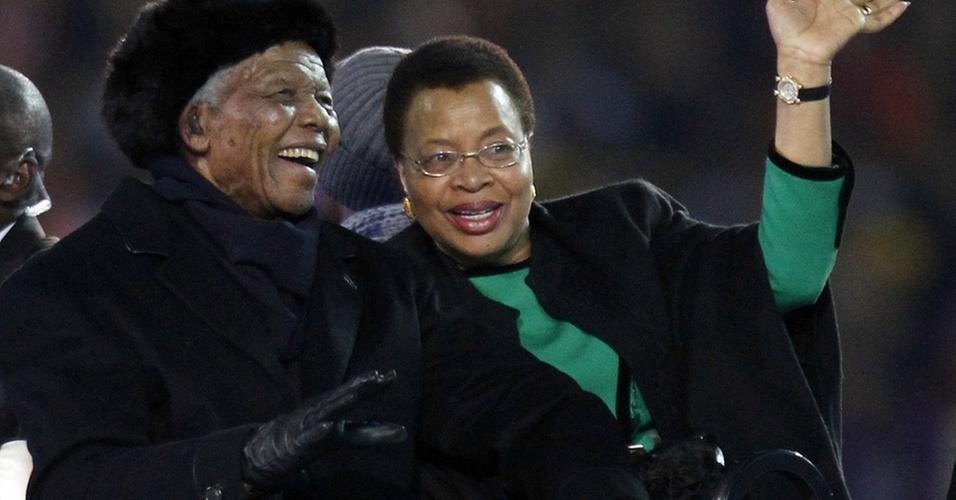 Ex-presidente da África do Sul, Nelson Mandela, ao lado da mulher, Graça Machel, na final da Copa do Mundo 2010