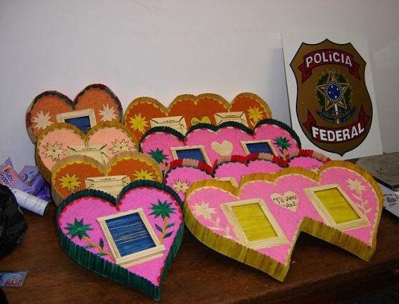 PF prende marroquina transportando cocaína em objetos em formato de coração