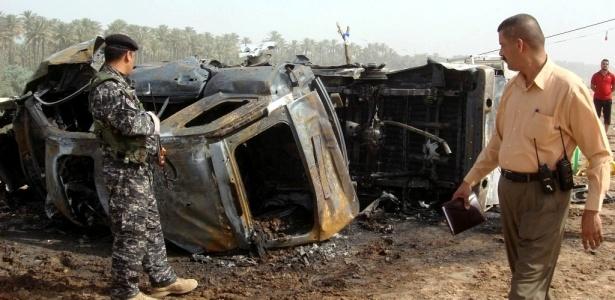 Soldados inspecionam veículos queimados em ataque a bomba que ocorreu em Baquba, no Iraque