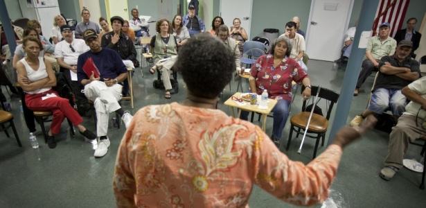 A paciente Betty Stevenson, que tem hepatite C, discursa durante o encontro semanal de portadores da doença em uma clínica nos Estados Unidos. Médicos acreditam que uma nova droga pode trazer melhores resultados a pacientes com a doença