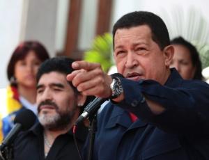 Hugo Chávez anuncia o rompimento das relações diplomáticas com a Colômbia, em transmissão ao vivo pela TV, ao lado de Maradona, que visita Caracas