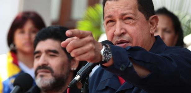 O presidente da Venezuela, Hugo Chávez, anuncia o rompimento das relações diplomáticas com a Colômbia, em transmissão ao vivo, ao lado de Diego Maradona