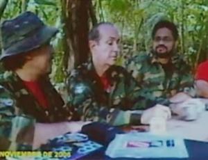 """Guerrilheiros que estariam na selva venezuelana, segundo Luis Hoyos, embaixador colombiano na Organização dos Estados Americanos (OEA). Essa foto é parte das """"provas"""" que motivaram rompimento das relações bilaterais entre Venezuela e Colômbia"""