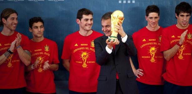 Primeiro-ministro espanhol, Jose Luis Rodriguez Zapatero, levanta o troféu da Copa do Mundo - o verdadeiro - junto com a seleção campeã, em Madri, na recepção feita em 12 de julho
