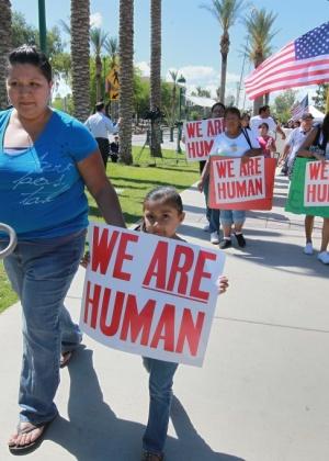 Protestos em Phoenix contestam nova lei do Arizona (EUA), que criminaliza imigrantes ilegais