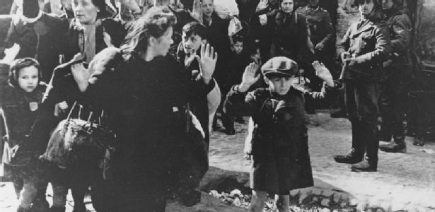 Gesto célebre do menino ameaçado pelos soldados alemães no gueto de Varsóvia em 1943