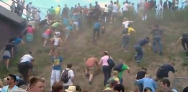 Imagem de canal de TV mostra participantes da Love Parade subindo morro em momento de pânico