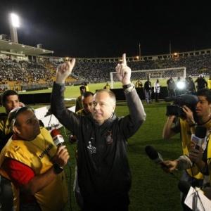 Mano dá volta olímpica no Pacaembu e agradece torcida em jogo de despedida do Corinthians