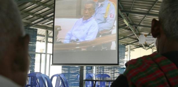 Cambojanos assistem ao julgamento de Kaing Guek Eav