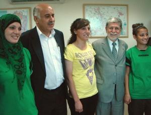 Chanceler brasileiro, Celso Amorim, é recebido pela delegação da seleção palestina feminina de futebol, durante sua visita à Palestina, nesta segunda