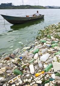 Barco passa próximo ao lixo e esgoto nas margens da represa Billings, um dos maiores e mais importantes reservatórios de água da Região Metropolitana de São Paulo (SP)
