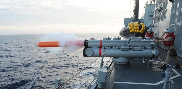 Destróier lança torpedo em exercício conjunto da Coreia do Sul e dos EUA