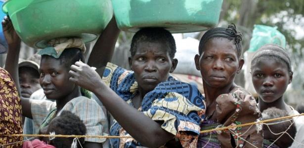 Mulheres fazem fila para receber ajuda humanitária no Congo