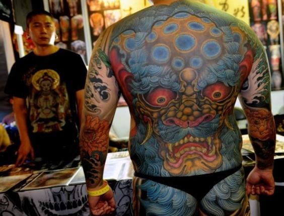 Homem exibe suas tatuagens duranta a Convenção Internacional de Tatuagem de Taiwan