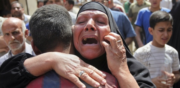 Mulher chora após receber a notícia de que o filho morreu em um ataque promovido pela Al Qaeda