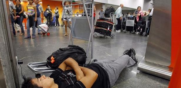 Homem dorme em aeroporto no Rio; fim das férias causou atrasos em voos da Gol