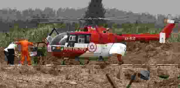 Equipes de resgate israelenses socorrem vítimas na fronteira entre os dois países - Ancho Gosh-Jini/AFP
