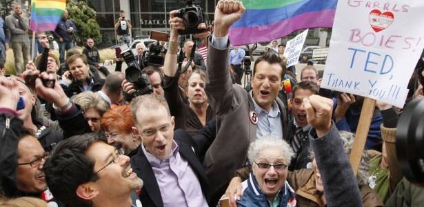Ativistas comemoram a decisão em frente à Corte Federal em São Francisco, na Califórnia