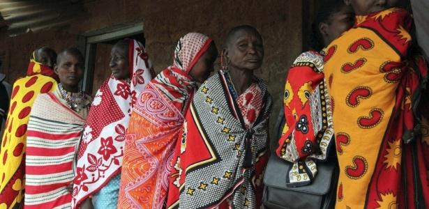 Mulheres da etnia Masai vestidas em coloridos trajes esperam para votar em referendo no Quênia