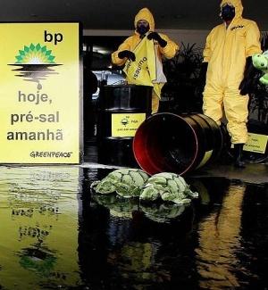 Greenpeace protesta em frente à sede da BP em São Paulo