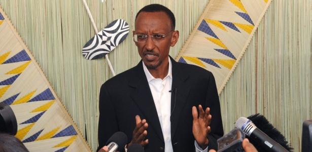Paul Kagame, presidente de Ruanda, concede entrevista a jornalistas após votar nas eleições presidenciais