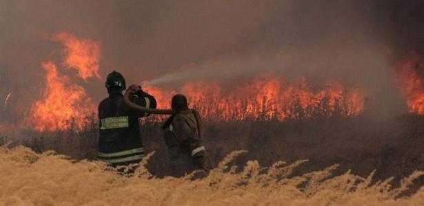 Bombeiros trabalham para extinguir o fogo na cidade russa de Kustaryovka; <b>VEJA MAIS FOTOS</b>