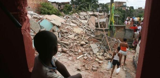 Uma casa de três andares desabou no Jardim Nova Esperança, em Salvador