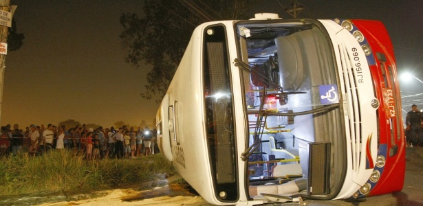 Pelo menos nove carros do Corpo de Bombeiros participaram do resgate das vítimas no RJ