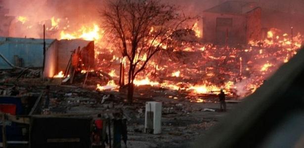 Segundo o Corpo de Bombeiros, o incêndio na favela Tiquatira, zona leste de SP, já foi controlado.