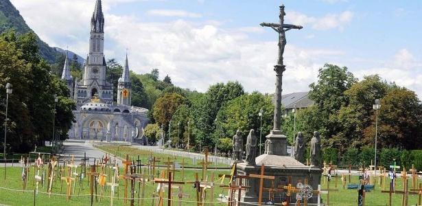 Após alarme falso de bomba, santuário de Lourdes, na França, é visto vazio