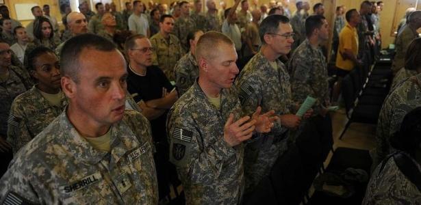 Soldados americanos rezam em capela na base da Otan em Kandahar, no Afeganistão